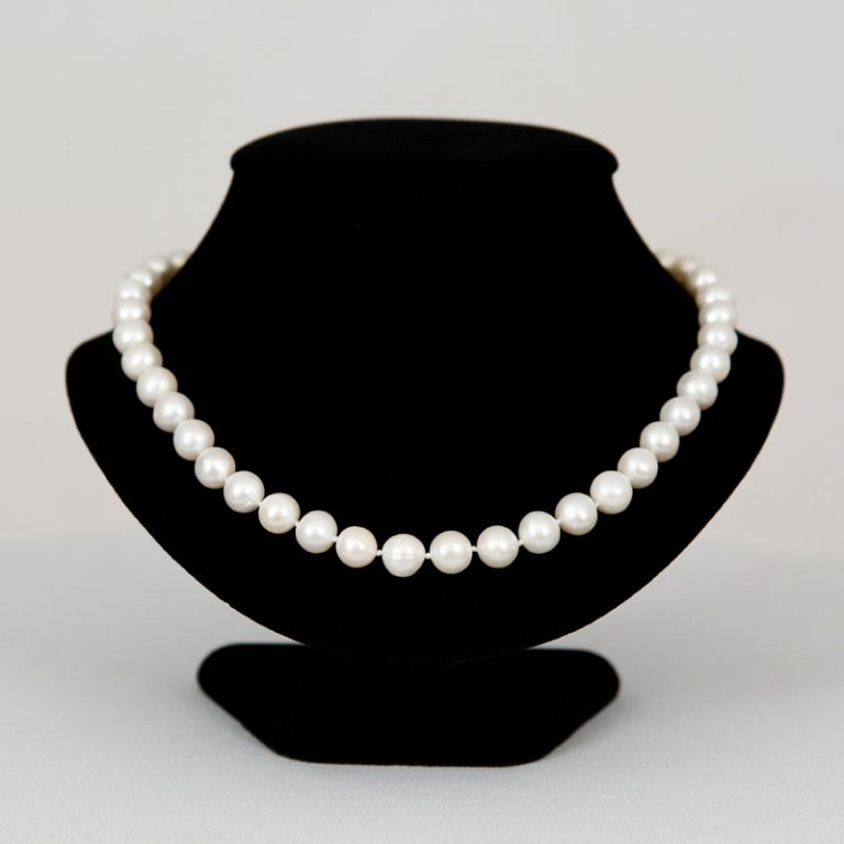 """Classic 18"""" Pearl necklace"""
