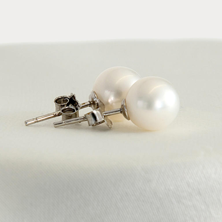 Pearl earrings perfect round