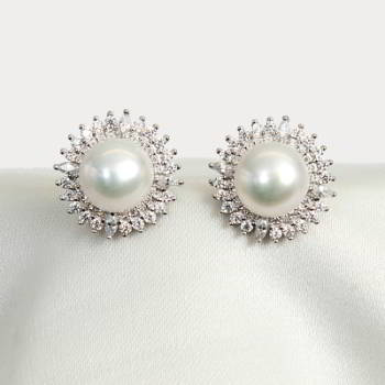 Sparkling stud pearl earrings